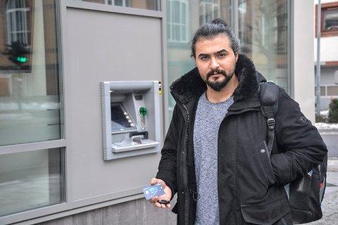 BEGRENSET KORTBRUK: Flyktninger får bankkonto og kort, men ikke kodebrikke som gir dem adgang til nettbank. Aryan Bermeki (25) har fått det, men han kjenner flere som ikke får kodebrikke.
