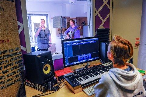 2017: I fjor laget Napern et nytt musikkstudio. Her er Martin André Kveim Gundersen og Aaron Nelson sammen med Kristian Syse Røyeng som styrer kontrollrommet.
