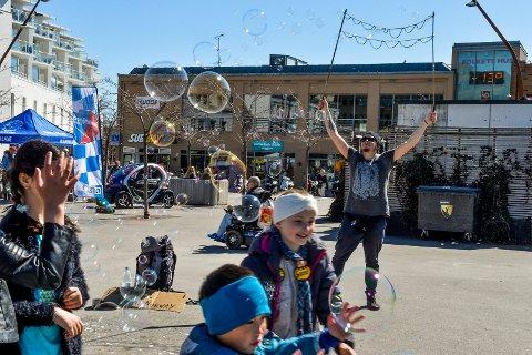 BOBLER: Med fint vær fikk boblene rene kunstuttrykket mot den blå himmelen. På lørdag blåste det i tillegg, så boblene fant fort sine egne veier.