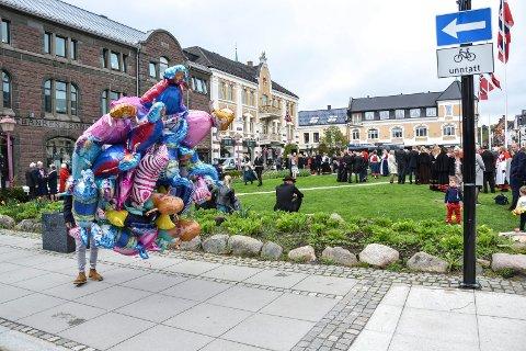 BALLONGER: 17. mai i fjor gikk denne ballongselgeren rundt ved Byparken. Nå kommer det regler som forbyr alt salg på kommunal grunn 17. mai, 1. mai og søn- og helligdager.