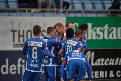 SCORET: SF-spillerne feirer Joackim Olsen Solbergs 1-1-scoring på Komplett Arena. Dødballspesialisten viste nok en gang frem den herlige venstrefoten sin.