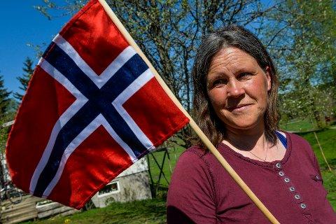 Ursula Johanna Aas, medlem i 17. maikomiteen i Andebu sliter med å finne en profesjonell til å tolke gudstjenesten og festprogrammet i Andebu på grunnlovsdagen.