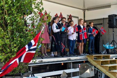 SKOLEELEVER: Barn fra 5. trinn sang, danset og underholdt hundrevis av festkledde mennesker som var kommet for å feire dagen påKodal skole.