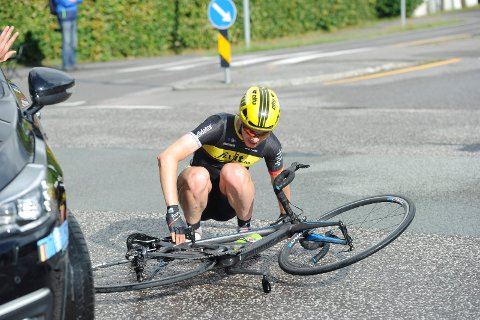 UHELL: En av Team Fixit's ryttere skled inn i egen følgebil under Sandefjord Grand Tour i fjor.