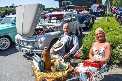 STOLTE: Rolf E. Meum (64) og Susanne Karlsson (60) er stolte eiere av en Volvo PV 444 1958-modell. 2. pinsedag deltok de på Hobbykjøretøyenes Dag på Fokserød.