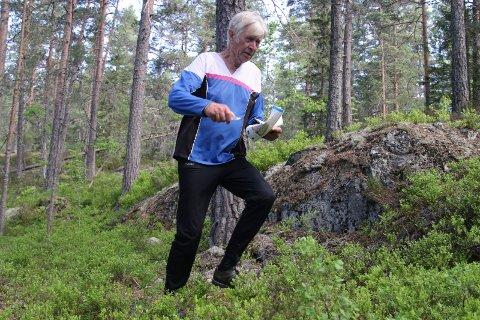 I FULL FART: Hvem skulle tro at Oddvar Gjelstad har passert 80 år? Han farer fort og sikkert fram i skogen.