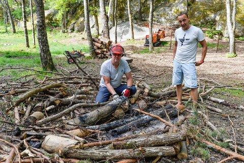 TØRT i SKOGEN: Hadde dette bålet tatt skikkelig fyr, kunne det spredd seg til et stort område. Skogforvalter Rolf Vidar Stangeby og Leder Anders Martin Nalum.