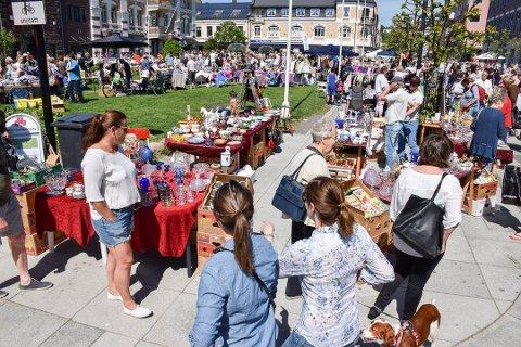 LIV OG RØRE: Det pleier alltid å være liv og røre rundt bruktmarkedet i Byparken.