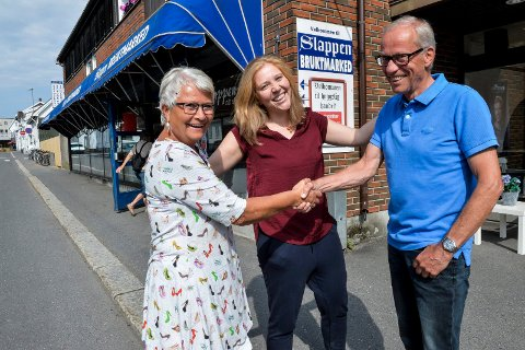 TAKKER: Damene er veldig fornøyde med støtten de har fått fra Slappen. f.v; Diakon Astrid Sandnes fra Sandar og Vesterøy menighet, Anne Torill Gunnestad  leder av Sfj.KFUK-KFUM, takker Oddvar Thorsen, nestleder i styret og representant for stiftelsen Kristian.