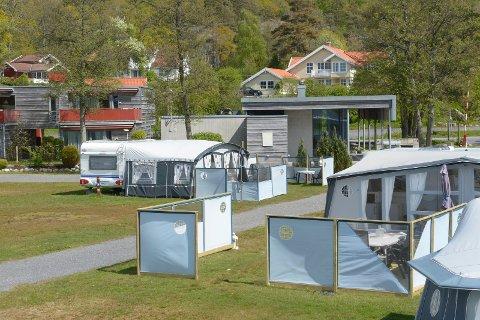 LANGEBY: Fra servicebygningen (i bakgrunnen) blir det nå alkoservering på Langeby campingplass. Langeby er eid av kommunen, men leies ut til private drivere.
