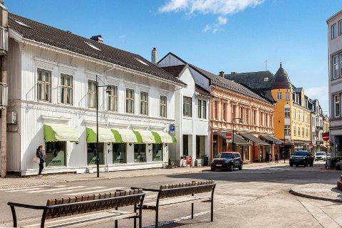 RIVING OG BEVARING: Sperregården t.v. blir revet, mens den rosa Borgegården skal bevares.