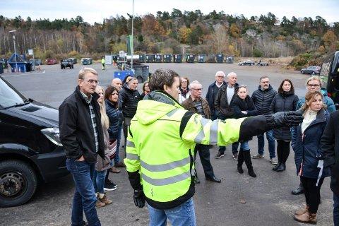 BA OM ALTERNATIVER: Miljø- og planutvalget var i november på befaring på Kastet. Trond Clausen (t.v.) fra Høyre fikk utvalget med på å vurdere  flytte gjenvinningen til et annet sted i kommunen. Seksjonsleder Rune Solberg (nærmest) orienterer her utvalget.