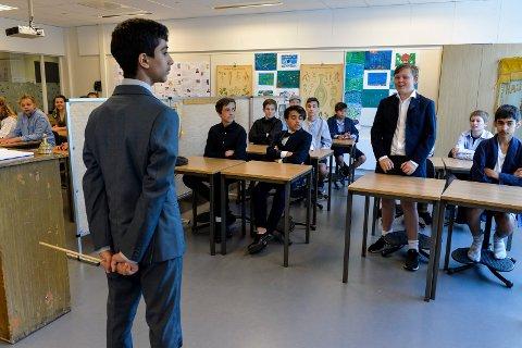 """STRENG: Her er det ikke snakk om noe tøys i klasserommet. Lærer Bamo Kalik Hamid (12) nølte ikke med å sende """"Ole"""" Linus Fyndall Havnås rett i skammekroken."""