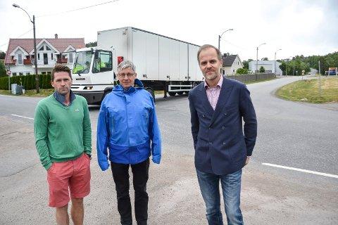 INDUSTRIVEIEN: Atkomstveien til en eventuell ferjeterminal på Vindal går langs Industriveien (i bakgrunnen til høyre). Veien har allerede stor trafikk, både av biler og tunge kjøretøy. En ytterligere trafikkøkning tåler verken veien eller nærområdet, mener fra venstre Ulrik Hasle, Arnt Christian Bryde og Espen Jensen.
