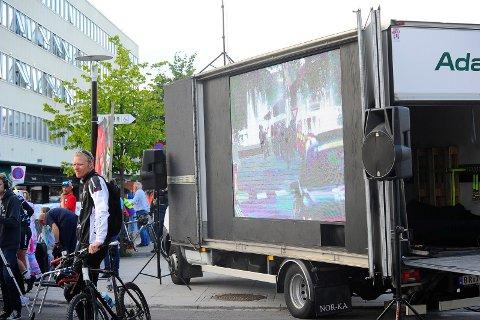 I SENTRUM: Fredag ettermiddag og kveld sto denne storskjermen på torvet, så publikum kunne følge hele gaterittet. Det blir også storskjerm i sentrum søndag.