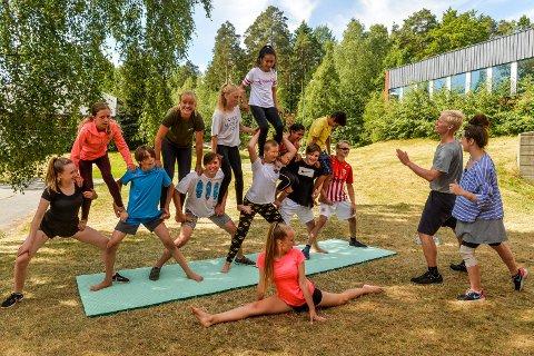 AKROBATIKK: Etter fellelsoppvarmingen er denne gruppen satt til å trene akrobatikk og lage en pyramide. Til høyre i bilde står instruktørene fra Stella Polaris, Håvard Winsbol og Katarzyna Sanak.