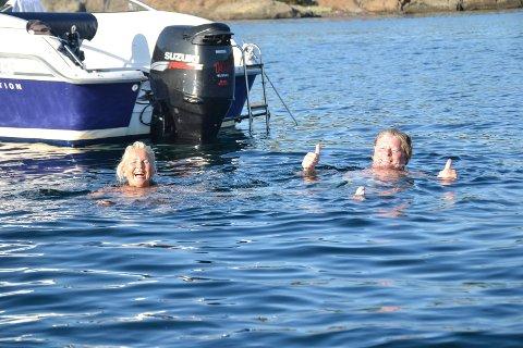 REKORDVARME: Hannemor (57) og Ben Guren (58), bosatt på Lofterød, koser seg med et bad i varmen i Sandefjordsfjorden. Temperaturen i vannet viste 22,9 grader. – Herlig, sier de.