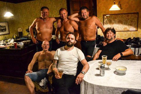 SVETTE: DDE backstage i Kurbadet etter konserten. Bak fra venstre: Bosse Iversen, Arnt Egil Rånes, Bjarne Brøndbo. Foran fra venstre: Eivind Berre, Daniel Viken (sønn til avdøde Frode Viken) og Eskil Brøndbo.