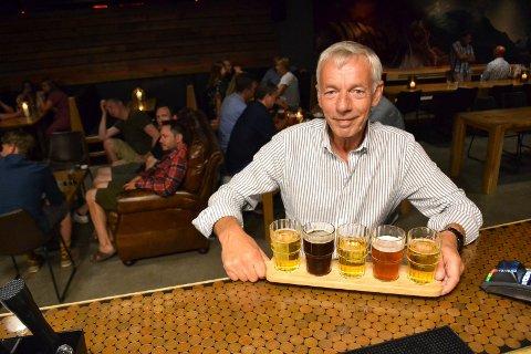 FLERE SORTER: Ølfestival på Brygga. Her inne på puben Gulating tester Vidar Gustavsen ulike ølsorter.