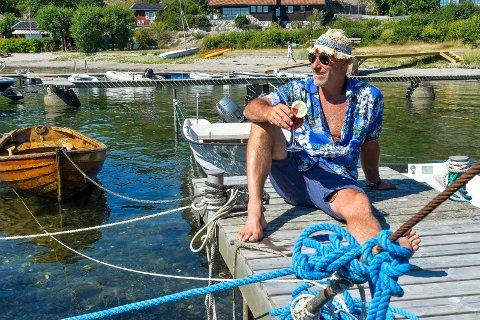 PÅ BRYGGEKANTEN: Komikeren nyter livets glade dager i Sommerfjord. Her henter han inspirasjon, studerer badegjester og tar seg en sommerdrink. Men aldri før klokken 12.00 på formiddagen.