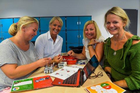 LEKER MED LEGO: 800 lærere fra Sandefjordskolen var onsdag på Digital fagdag. F.v.: Ellen Standal Gulliksen, Cecilie Røysland, Mona Brænden og Trine Forfang, ansvarlig for Lego League i Sandefjord. Alle lærerne er fra Mosserød barneskole.