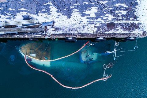 BLIR IKKE HEVET: Denne fiskebåten sank på Framnes syd den 2. februar i år. Nå kan det se ut til at den kommer til å fortsette å ligge på havbunnen.