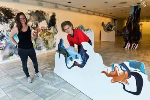 ALT PÅ PLASS: Kunstnerne Hanne Grieg Hermansen og Maiken Stene jobbet denne uken med opphenging og plassering av sine kunstverk og ser frem til åpningen på fredag.