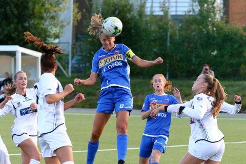 SFS TOPPSCORER:SFs kaptein Emilie Finnevolden scoret sitt 30.mål så langt denne sesongen. Ida Marie Vaal Bjønnes følger spent med på utfallet av headingen. FOTO: Torstein Flåm