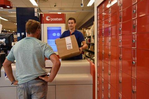 BILLIGE BOBLER: Her gir Tony Fimland Larsen ut en pakke med billig brus til en kunde som har blitt bestilt på nettet. For 349 kroner fikk kunden kjøpt 72 bokser med Pepsi.