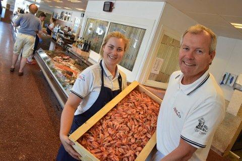 PRISVINNERE: Brødrene Berggren hentet hjem medaljer for sjømaten sin i helgen. Her er Tina Aase og Kjell Henry Olsen på jobb i butikken på Brygga.