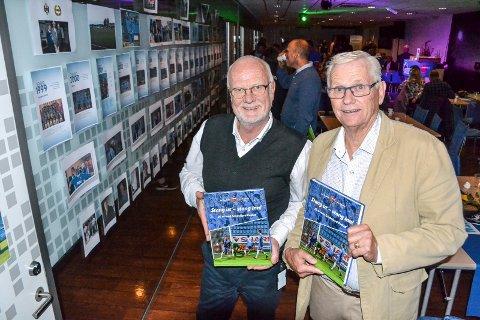 JUBILEUMSBOK: Ivar (t.v.) og Per Ramberg har forfattet boka om de første 20 årene med Sandefjord Fotball. Boka ble presentert under jubileumsmarkeringen på Komplett Arena mandag.
