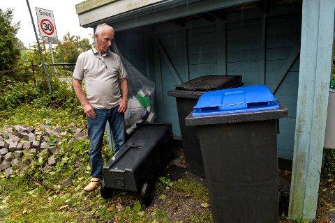 DUNKENE: Rolf Johannessen i Dølabakken 1 er fortvilet over hvordan renovasjonsarbeiderne behandler hans søppeldunker.