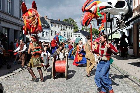 GJØGLERNE: Stella Polaris feiret sitt 30 års jubileum i 2015 med en stor gjøglerparade i byen. Nå skal de øse av sin lærdom og spre sin glede til ungdommen.