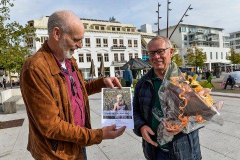 BLOMSTER: f.v: Arne Nøkland fra Jordvernforeningen ga en blomsterbukett til Tor Steinar Mathiassen fra Høyre, som en takk for vedtaket om å ikke bygge ut jordene på Øvre Gokstad.