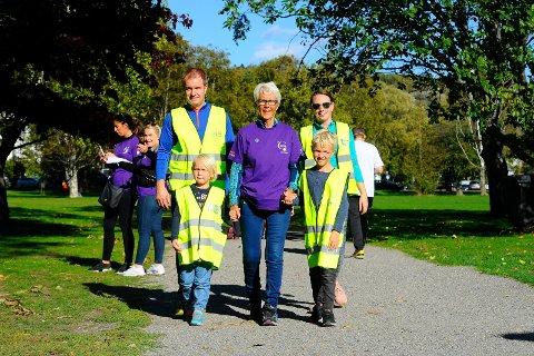 GÅR FOR LIVET: Else Sagaas Amundsen (i midten) fikk nylig beskjed om at hun er kreftfri. Sandefjordskvinnen forteller om tøffe år med sykdom i familien. Her sammen med sønnen Hans Petter, svigerdatter Victoria og barnebarna Sofia og Sander.