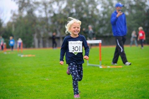 GLEDE: Madelen Christoffersen Kvalå var et eneste stort smil da hun fullførte skolemesterskapet i terrengløp.