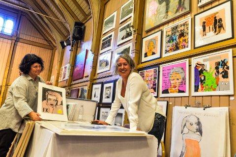 FARGERIKT: Arrangør Rita Lysebo Egren slår av en prat med kunstner Marit Skyer. Marit hadde med seg mange nye arbeider til utstillingen og syntes hele konseptet med kunstdagene var en suksess.