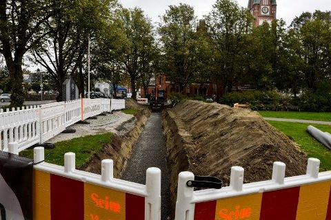 KIRKEPARKEN: Denne uken er Seim Maskin i gang med gravearbeidene i Kirkeparken og inn til Sandefjord kirke.
