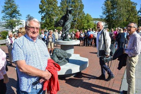 VET MER: Ragnar Johannessen (73) er født og oppvokst i Sandefjord, men vet lite om byens skulpturer. Derfor ble han med på skulpturvandring.