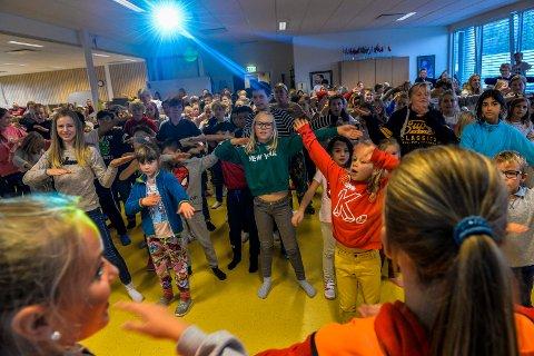 BlimE: Elevene hadde øvet på BlimE-dansen i noen uker, før den store fellesdansen på fredag. Her er hele skolen samlet til dans i musikkrommet.