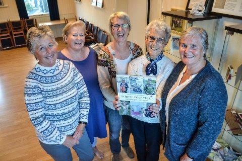 BIDRATT: Framnes Sanitetsforening har fått en framtredende plass i ny strikkebok. Disse (fra venstre) har levert bidrag til boka. Ellen Heiland, Lill-Ann Berg Holtan, Gunn Perry, Ruth Norin og Lill Hem.