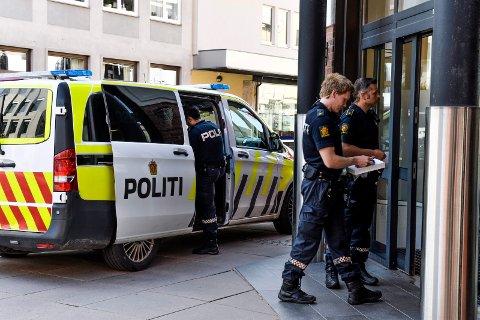 RANSALARM: Politiet i Sandefjord kom kjapt til Andebu Sparebanks avdeling i Sandefjord sentrum etter at ransalarmen gikk 20. september.