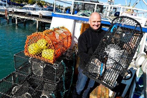 KLAR: Fritidsfisker Simen Myhre har både registrert seg og klargjort sine teiner i henhold til de nye reglene. Han er glad for de nye reglene og håper dette vil hjelpe hummerbestanden mot alle spøkelsesteinene.
