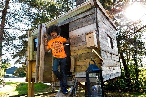 FUGLEKASSE: Ruben Kopperud er snart helt ferdig med sitt byggeprosjekt. Hytta er forankret i en stor furu i hagen og påmontert både dør, takluke og fuglekasse. Han er litt usikker på kom det har flyttet inn noen fugler ennå.