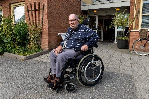 INGEN TRANSPORT: Tor Hillervik (79) er veldig fornøyd med TT-ordningen. Den gjør at han kan komme reg rundt for en billig penge, så lenge taxien dukker opp. Mandag kveld kom ikke den bestilte bilen og Hillervik måtte bli hjemme.