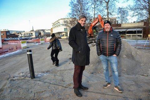 INVITERER: Ordfører Bjørn Ole Gleditsch (t.v.) har allerede fått med seg entreprenør Øysteim Seim og to andre på dugnaden i juni. Nå er målet mange flere.