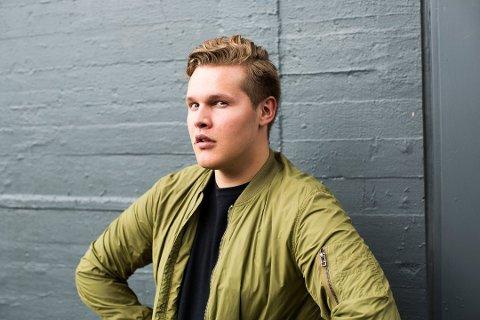 SÅR OPPVEKST: Vegard Harm (24) er i disse dager å se på TV 2, hvor han er med i programmet «Kompani Lauritzen». Nå er han også aktuell i en episode av VG-podkasten «Hvordan har du det, mann?» med Erik Follestad. Der forteller han blant annet om en tøff og sår oppvekst.