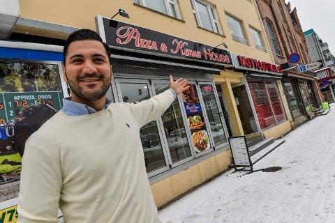 VELKOMMEN:  Atri Yonan ønsker nye kunder velkommen til Pizza & Kebab House i Dronningensgate, rett ved Aagaards plass.