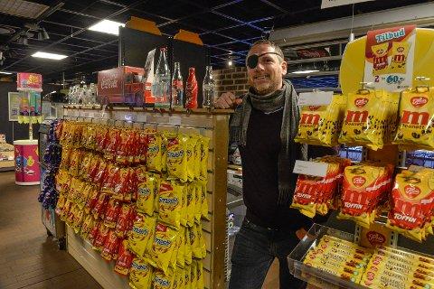 ET BEDRE TILBUD: Kim Kristian Sandve, enhetsleder Kulturhus drift er glad for at de nå har overtatt driften av kinokiosken.