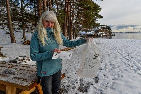 POSE OG LODD: Her på Skjellvika er en av stedene Brith Larsen fra Naturvernforbundet i Vestfold, vil utplassere en strandryddeboks.
